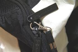 スリ防止の金具